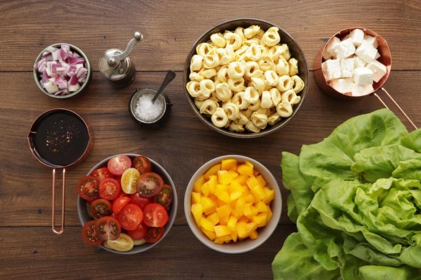 Салат с маленькими пельмешками, перцем и фетой: 20 минут утром - и в столовую в обеденный перерыв идти не придется