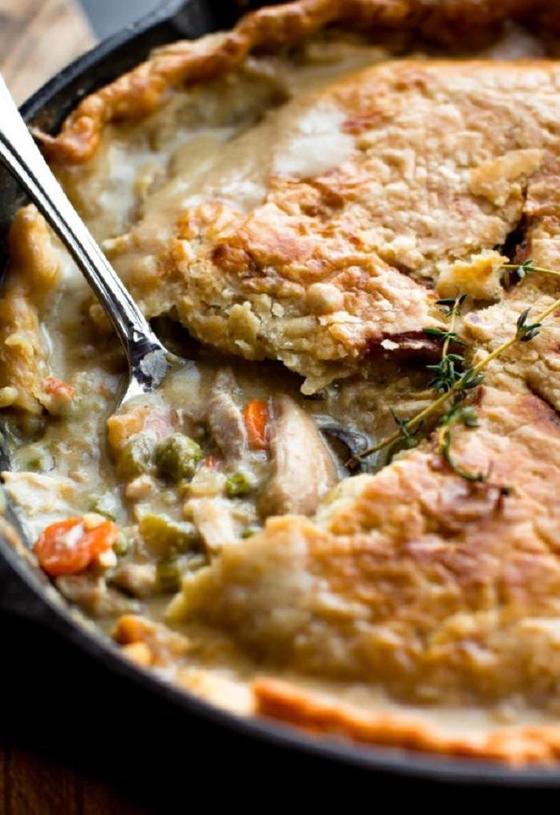 Беру курицу, овощи и делаю вкуснейший заливной пирог на сковороде