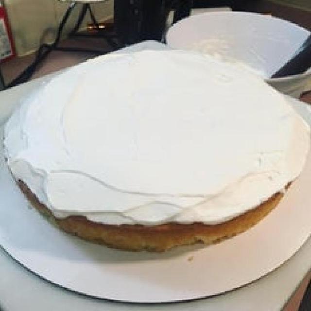Нежный клубнично-сливочный торт без масла со взбитыми сливками для глазури - главный десерт для грандиозного праздника