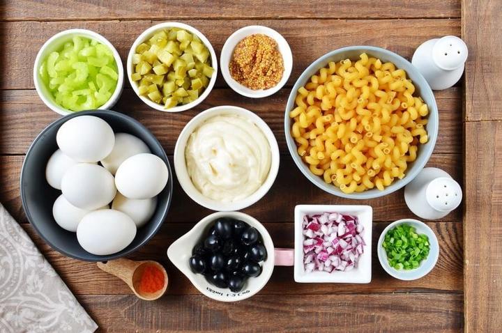 Простой рецепт салата с макаронами, овощами и вареными яйцами: мяса ни грамма, но семья просит готовить такой на ужин
