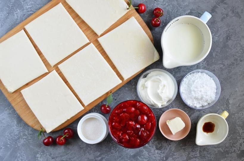 Хрустящие вишневые пирожки в глазури из сливочного сыра. Свежая или мороженная ягода   не важно, все равно получится вкусно