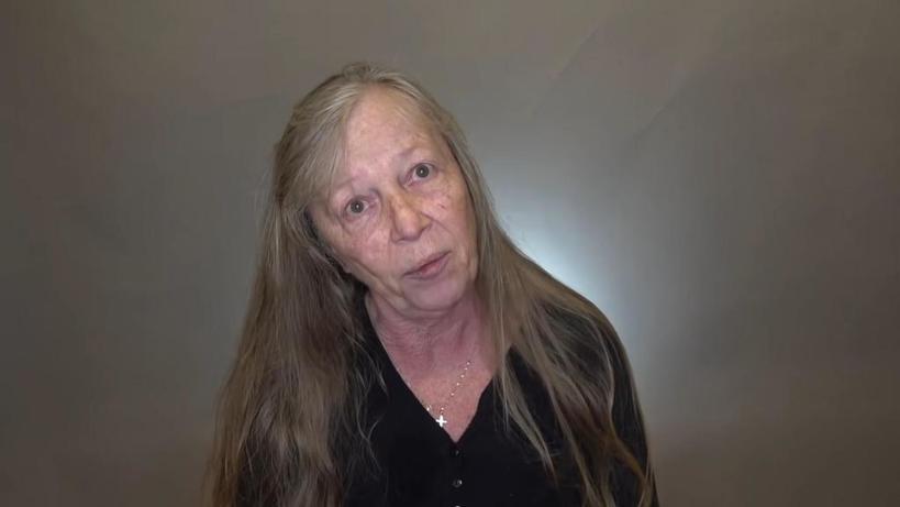 Грустная женщина с длинными волосами попала к стилисту. С короткой стрижкой она помолодела лет на 15