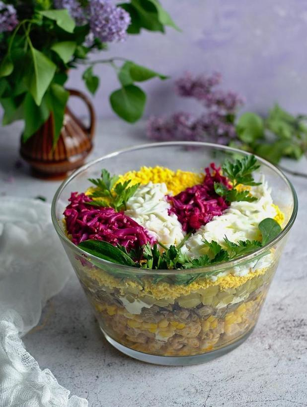 Осенью и зимой часто коронное блюдо   салат  Цветущая сирень . Он мне напоминает о весне