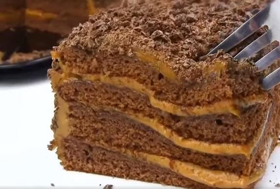 Чем побаловать ребенка: быстрый шоколадный тортик с легким ароматом меда без раскатывания коржей