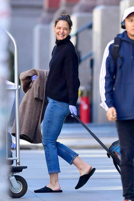 Худи и джинсы выглядят повседневными? На примере Кэти Холмс показываем, как сделать образ мягче