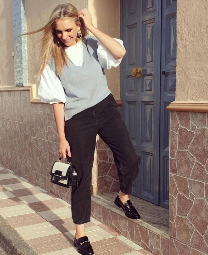 Вязаная жилетка стала новым трендом этого сезона: как ее носить, чтобы не выглядеть старомодной