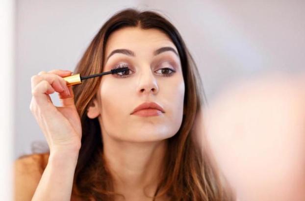 Некоторые тратят кучу денег на косметику, другие экономят время: пять типов женщин, наносящих макияж, и их привычки