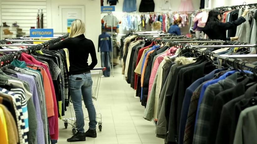 Лен, плиссе, вязаные свитера: что можно смело покупать в секонд хенде (вещи будут смотреться всегда дорого и модно)