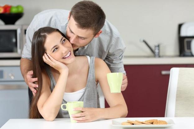 «Работает при всех условиях»: семейный психолог Сатья Дас рассказал, какую фразу жены должны говорить мужьям. Они тогда на все готовы