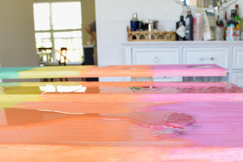Превратила скучные доски в яркие полки: украшают детскую и радуют ребенка