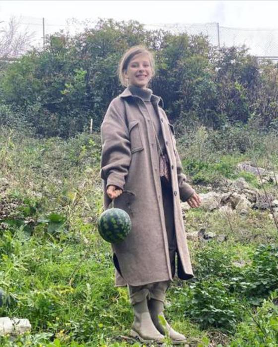 Как я в конце октября по арбузы ходила : Лиза Арзамасова показала новые фото в  деревенском  образе