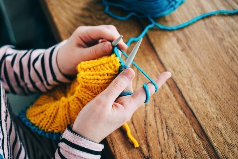 Успокаивает, развивает мозг: как вязание может улучшить психическое здоровье