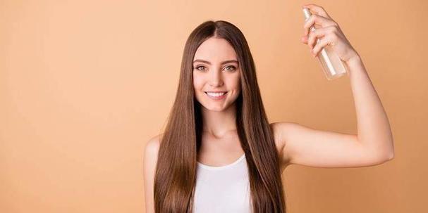 Сделала сама домашний спрей для волос, чтобы они были гладкими и не пушились. Он с алоэ вера, маслом и розовой водой, поэтому еще и очень полезен
