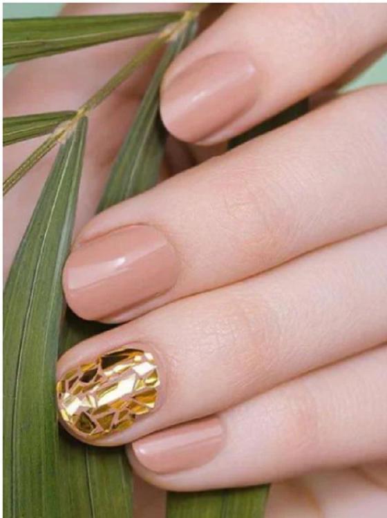 Дорого-богато: стильные идеи золотого маникюра (фото)