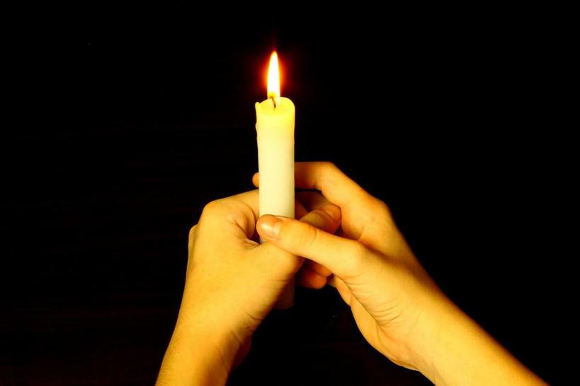Чтобы в доме наконец то наступил лад, а проблемы закончились, надо обойти все комнаты с зажженной свечой. Как сделать это правильно