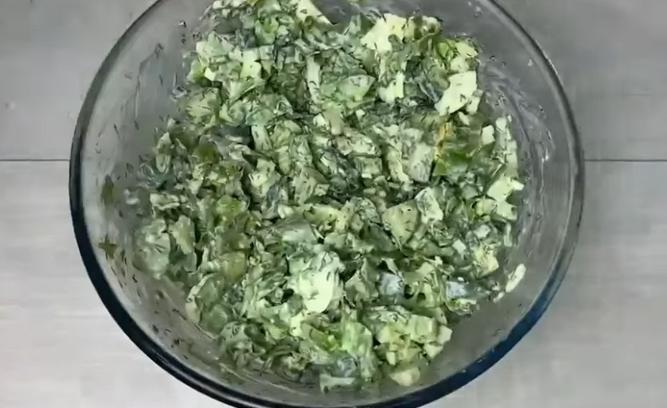 Летняя зелень среди зимних закусок: несправедливо забытый вкусный салат освежит даже новогодний стол