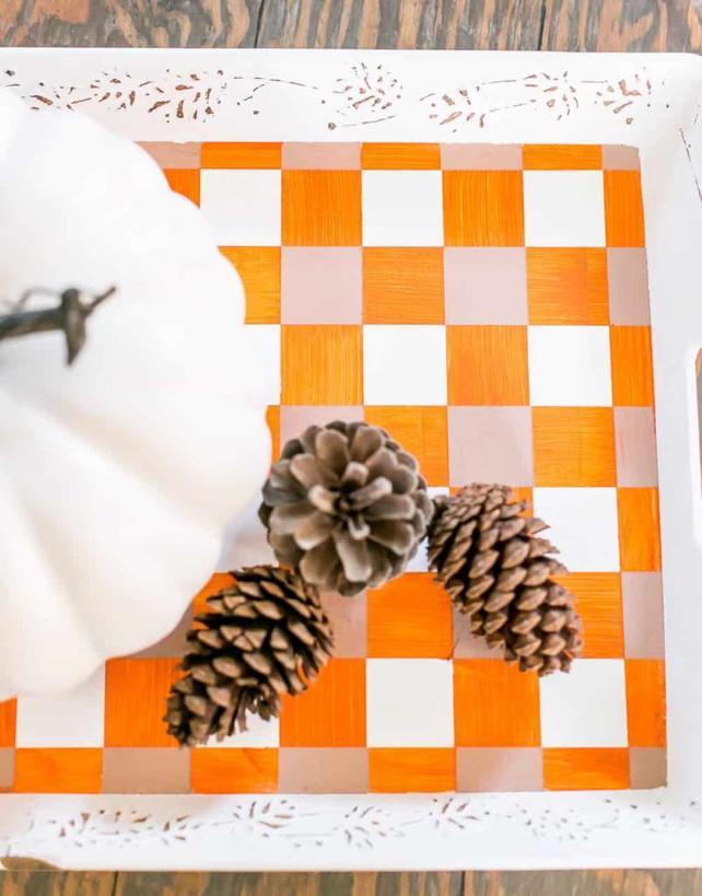 Обычный деревянный поднос с ручками превратила в яркий дизайнерский аксессуар для декора интерьера