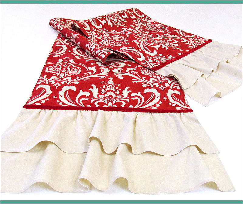 Сшила красивую праздничную скатерть с рюшами, которые закрывают ножки стола. Подойдет для любого повода и выглядит торжественно