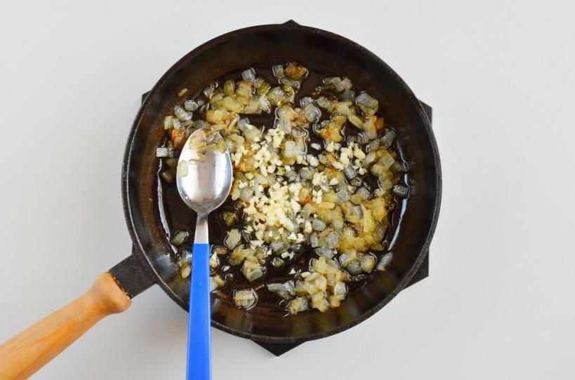 Картофельные оладушки любят все. Но дополнить их лучше соусом из сметаны с карамелизированным луком