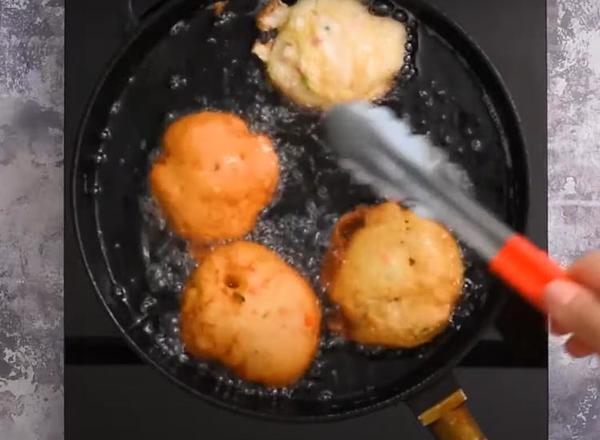 Семейный рецепт оладушек с морковкой, ветчиной и паприкой. Они очень пышные и вкусные