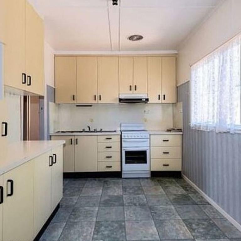 Старые шкафчики на кухне пожелтели, и женщина решила их покрасить, пока копит деньги на ремонт. Увидев результат, люди посоветовали оставить все, как есть