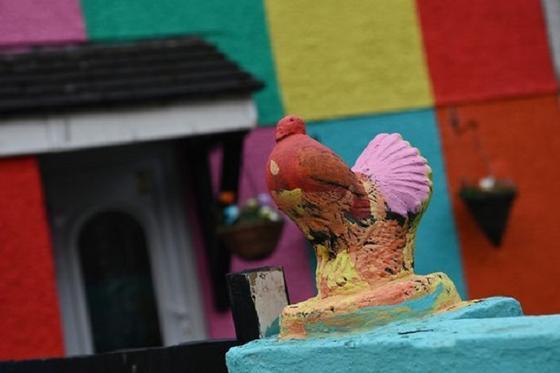 Женщина возвращается домой и видит, как ее муж без разрешения раскрашивает дом во все цвета радуги