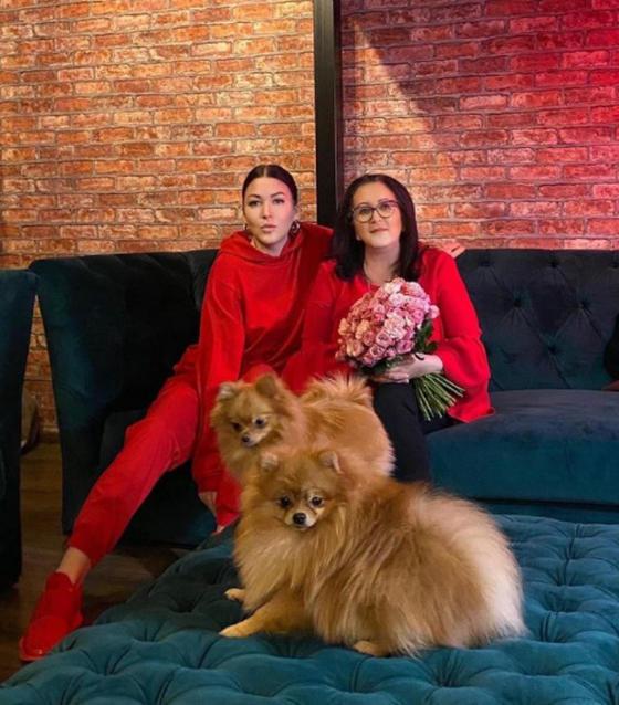 Похожи как две капли воды: Ирина Дубцова поздравила с днем рождения свою молодую и красивую маму и показала совместное фото