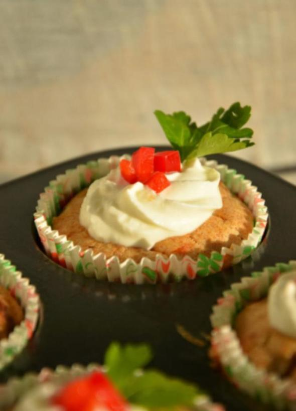 Маффины с чесноком, сыром и вялеными помидорами: отличный вариант для домашней вечеринки или легкого перекуса