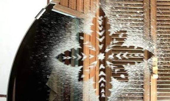 Делаем простые снежинки на окне при помощи зубной пасты (лайфхак)