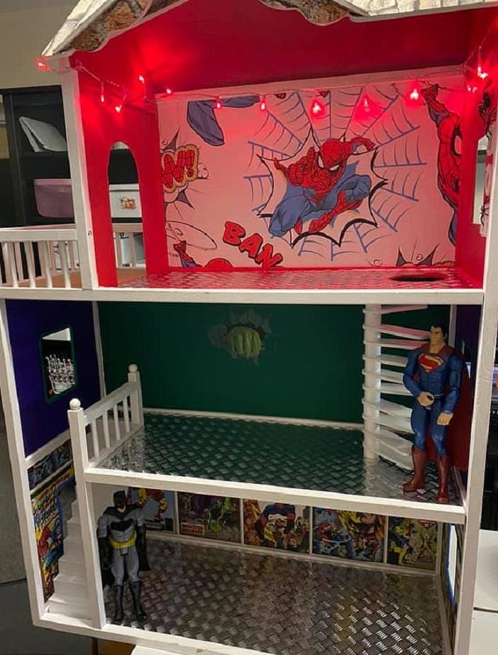 Многодетная мама переделала розовый домик Барби, оставшийся после дочери, в дом супергероев для сына: фото