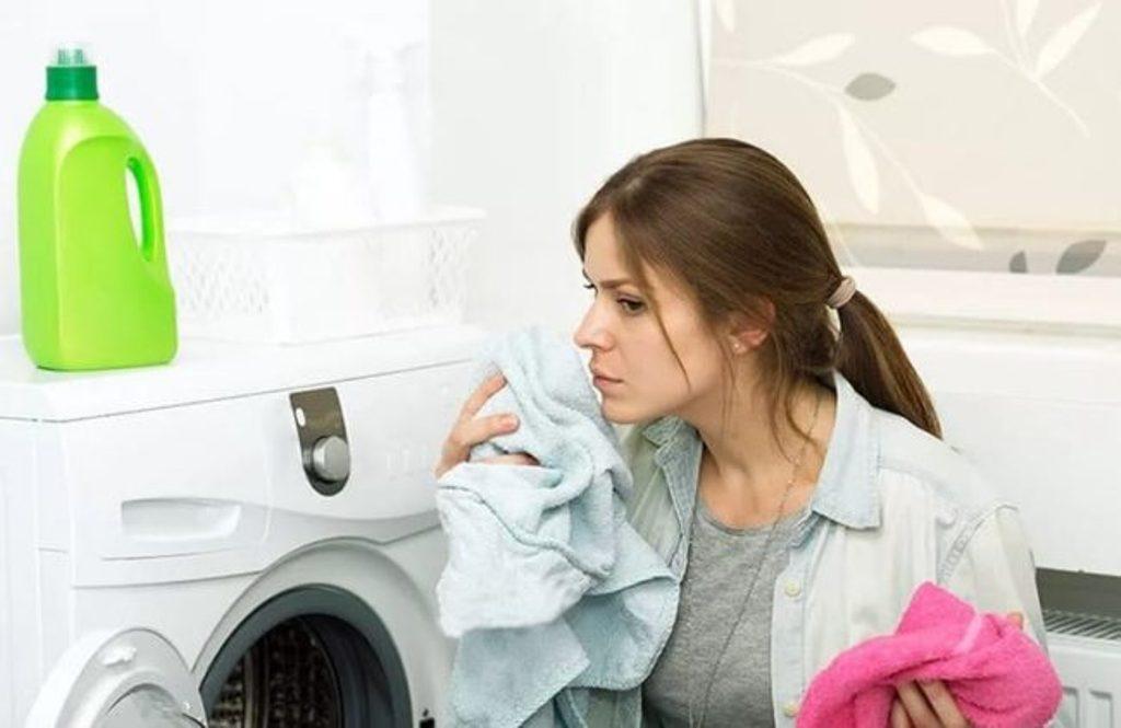 Оказывается, одежда тоже может протухнуть: избавляюсь от неприятного запаха с помощью газеты