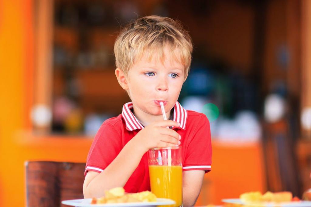 Несут угрозу здоровью: Комаровский рассказал, какие напитки не стоит давать детям