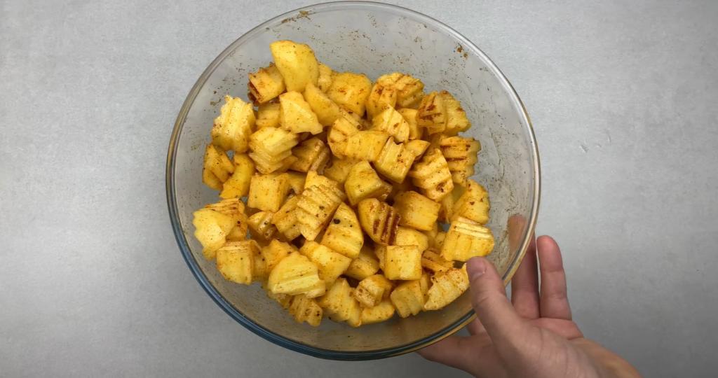 Разнообразила рецепт картошки по-селянски: запекаю ее с сочными тефтелями
