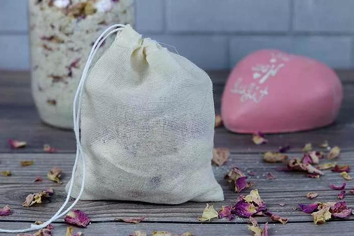Подаренные букеты никогда не выкидываю, а делаю из них цветочно овсяный «чай» для ванны: идеально для сухой кожи