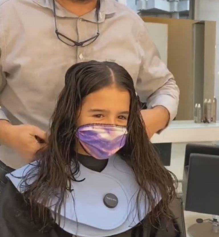 Иногда с волосами прощаться очень грустно: девочка разрешила мастеру обрезать их, но немножко