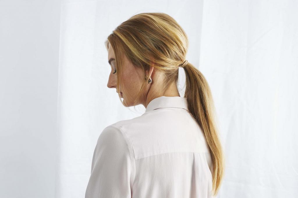 Небрежная коса, объемные резинки и не только: простые прически 2021 года, которые уже в моде