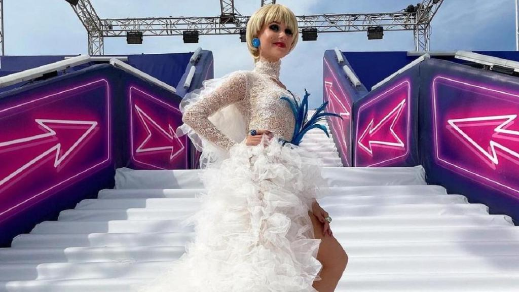 Кристина Асмус выложила фото в белом кружевном платье и сразу предупредила своих фанатов, что это не свадебный наряд, многозначительно добавив  пока