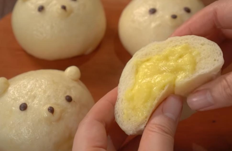 Мягкие булочки с заварным кремом и милым оформлением: дети будут в восторге