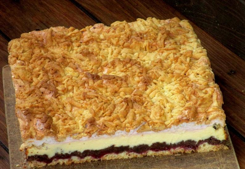 Модифицировала старый, добрый тертый пирог: получился торт с какао, вареньем и кремом