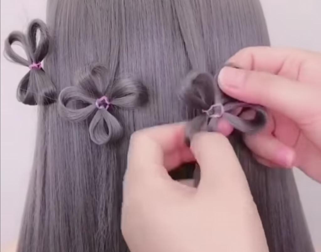 Заплетаю дочке на волосах цветочки: 5 минут работы, а смотрятся, как полноценная прическа (видео)