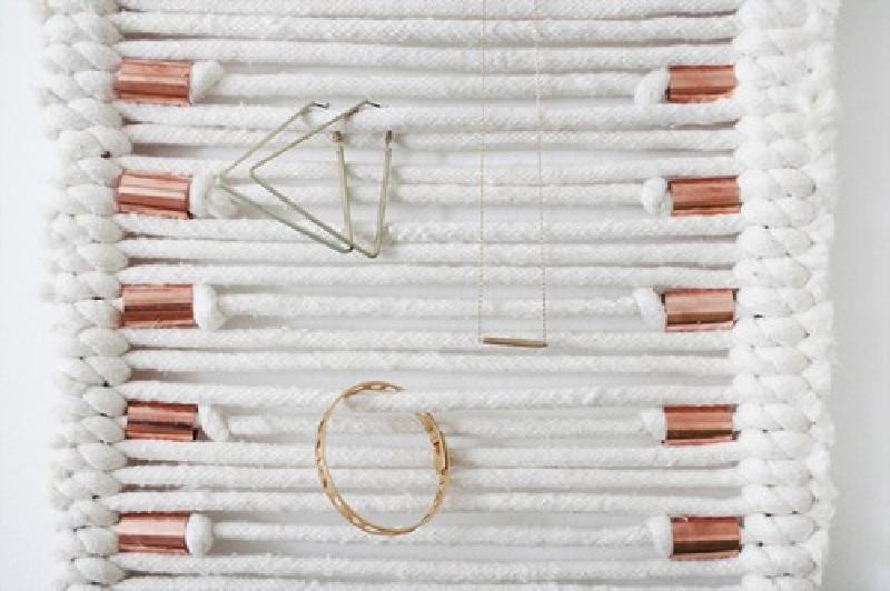 Органайзер для бижутерии и по совместительству настенное украшение: как из пряжи и медных труб сделать стильную вешалку для сережек, браслетов и других украшений