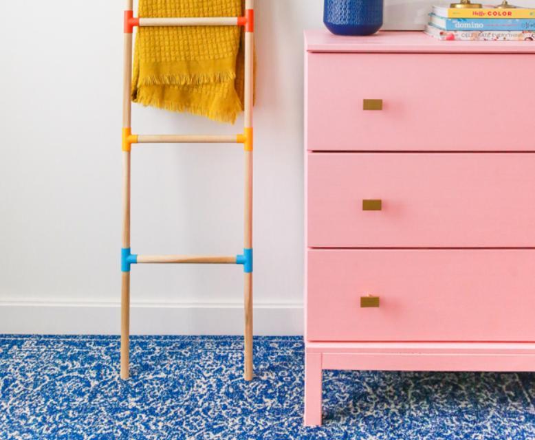 Оригинальная идея для организации пространства в детской: мастерим яркую лестницу-вешалку для одежды