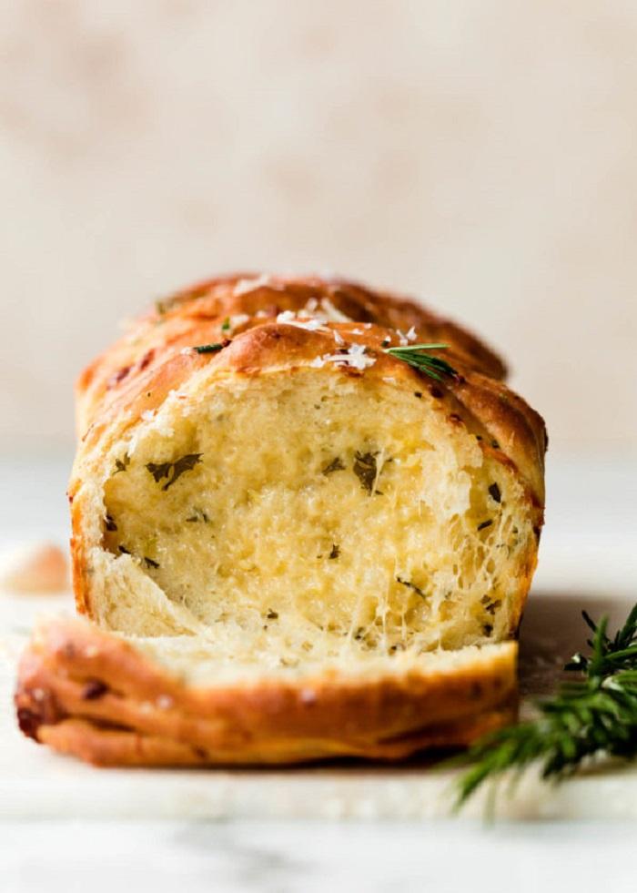 К супам и мясу домашние всегда просят сделать хлеб с чесноком и розмарином: получается очень вкусно, а готовить несложно