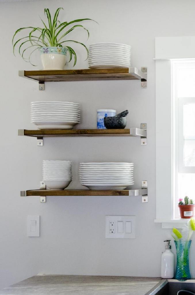 Влажная посуда в кухонных шкафах провоцирует плесень, поэтому мы повесили стильные и удобные полки для тарелок