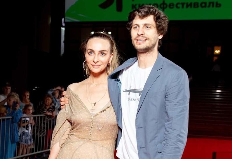 Вместе в Новый год: Екатерина Варнава подтвердила роман с режиссером Александром Молочниковым, поделившись совместным снимком