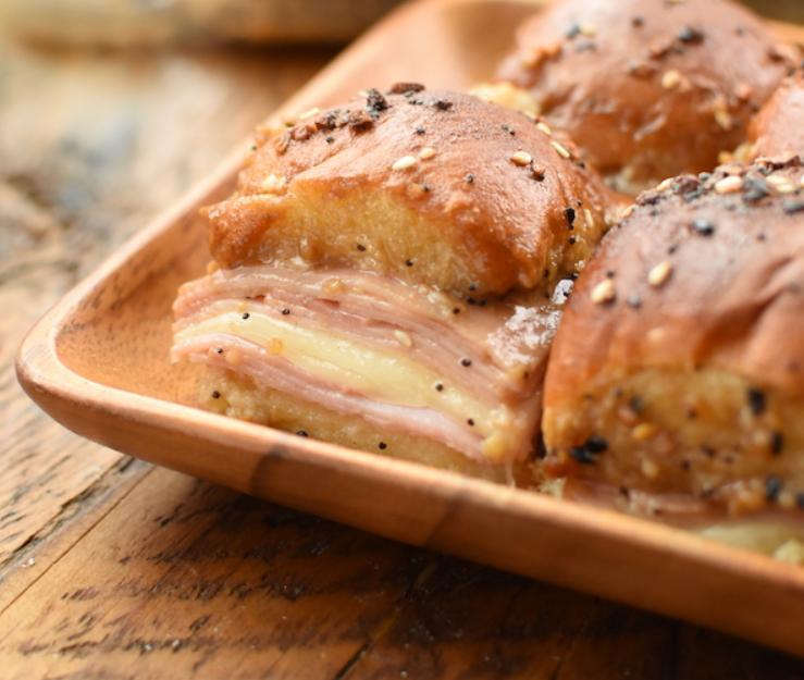 На завтрак готовлю сочную запеканку из круглых булочек, ветчины и сыра: получается очень сытно и вкусно