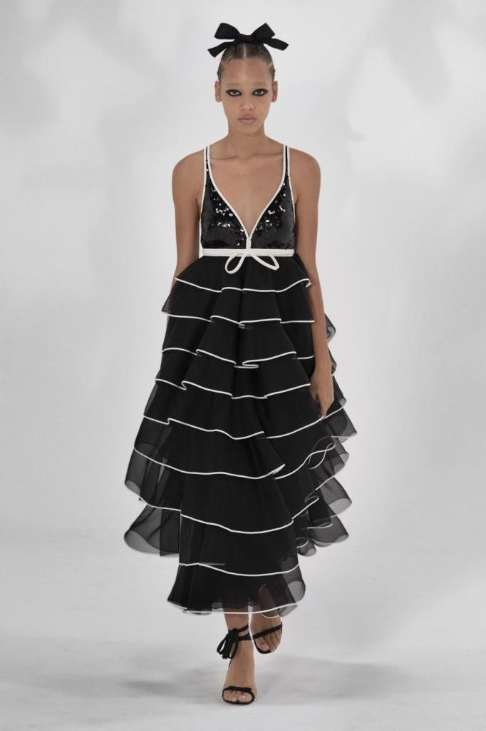 Классическое сочетание снова в тренде: самые модные черно белые платья сезона весна лето 2021