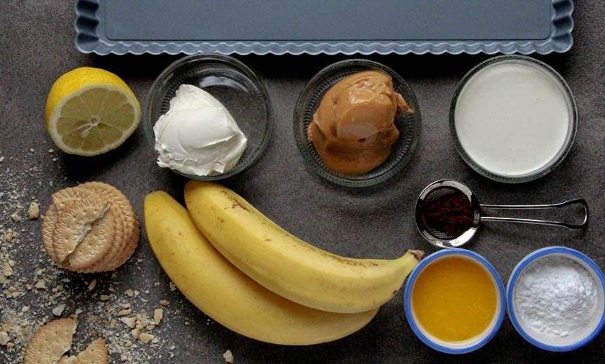 Простой, но очень вкусный банановый пирог со сгущенкой без выпечки: рецепт
