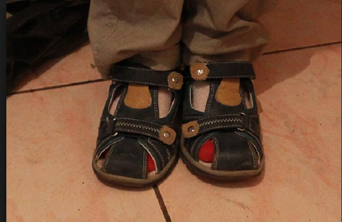 Лайфхак: многодетная мама показала, как помочь ребенку правильно надеть обувь