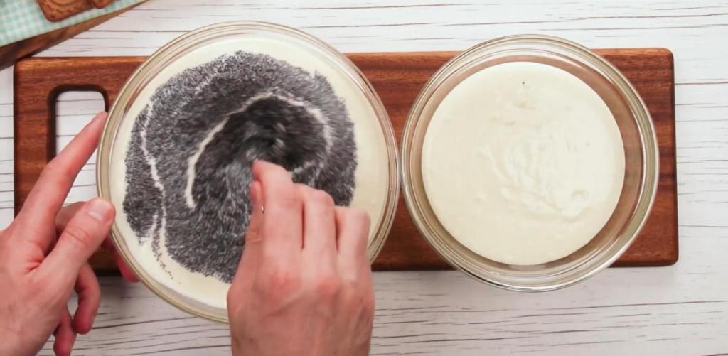 Не скупясь на мак, готовлю на праздник сливочный тортик с печеньем и сыром. Во вкусе - лучшее от школьной маковки и чизкейка